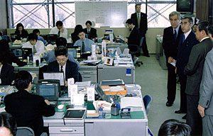 1月6日は何の日【小渕恵三首相】サミット準備事務局の職員を激励