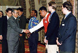 1月18日は何の日【小渕恵三首相】「世界青年の船」参加者を激励
