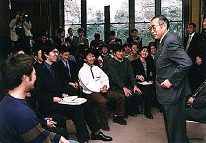2月27日は何の日【小渕恵三首相】学生と懇談