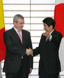 2月22日は何の日【安倍晋三首相】ルーマニア首相と会談