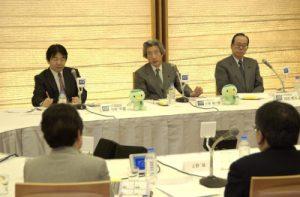 2月28日は何の日【小泉純一郎首相】タウンミーティングに出席
