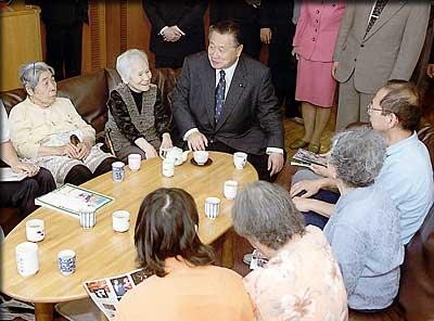 5月26日のできごと(何の日)【森喜朗首相】高齢者施設を視察