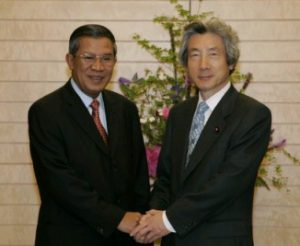 5月12日は何の日【小泉純一郎首相】カンボジア首相と会談