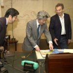 4月27日の主なできごと【小泉純一郎首相】キャビネット・ウォー・ルームを見学