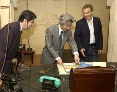 4月27日のできごと(何の日)【小泉純一郎首相】キャビネット・ウォー・ルームを見学