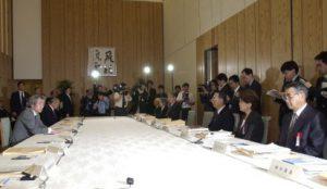 4月27日は何の日【小泉純一郎首相】安全保障と防衛力に関する懇談会」に出席