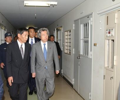 4月30日のできごと(何の日)【小泉純一郎首相】治安関連施設を視察