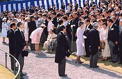 4月17日は何の日【春の園遊会】田中耕一さんら1900人が出席