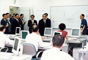 7月5日は何の日【小渕恵三首相】職業訓練施設を視察