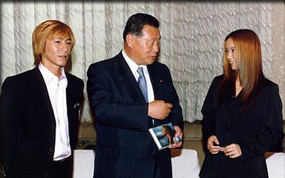 7月11日のできごと(何の日)【小室哲哉さん、安室奈美恵さん】森首相を表敬訪問