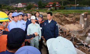 8月4日は何の日【安倍晋三首相】島根・山口県で集中豪雨の被害状況を視察