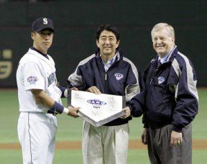 11月3日は何の日【安倍晋三首相】日米野球始球式に登板