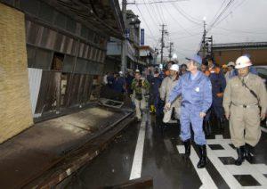 10月26日は何の日【小泉純一郎首相】中越地震被災地を視察